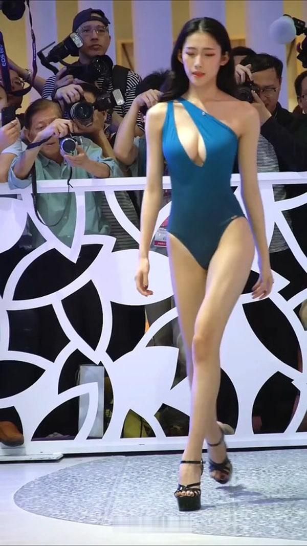 商场大码身材专属泳装走秀现场