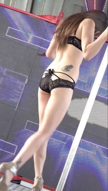 某庙会现场内衣美女性感钢管舞[webm/674M]